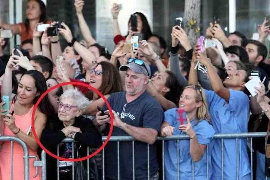 2-DD-Elle-regarde-le-monde-et-les-autres-leurs-téléphones-1011×580